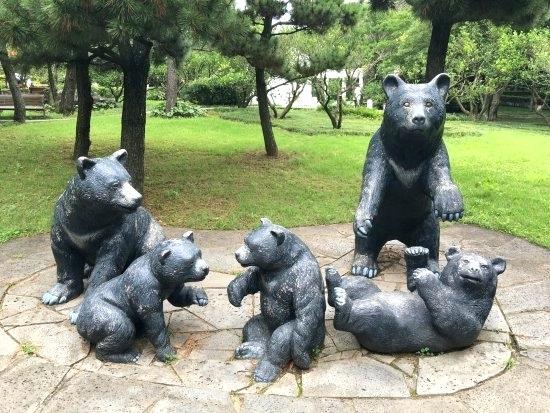 bear family statues