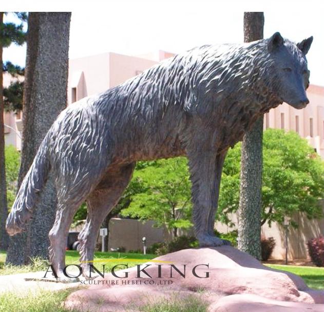 Wolf figurine statue