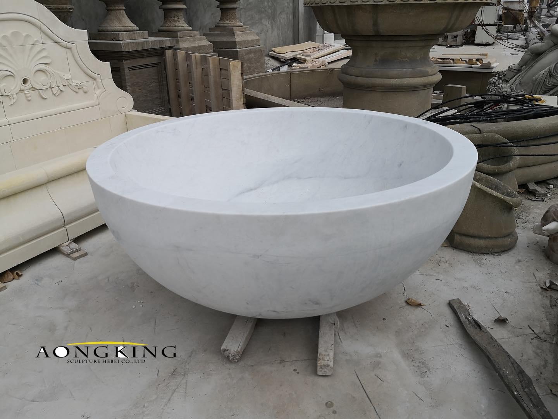 Round marble bathtub